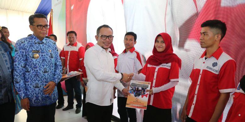 Menaker Serahkan Sertifikat Kompetensi Kepada 1.000 Siswa BLK Makassar
