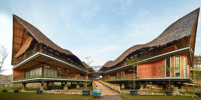 Di dalam lingkungan sekolah berdiri empat buah bangunan utama, satu ruang workshop, satu dapur, dan dua buah gudang.