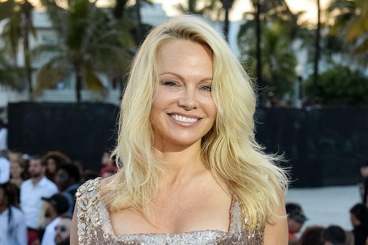 Artis peran Pamela Anderson menghadiri pemutaran perdana film layar lebar Baywatch di Miami, Florida, Jumat (13/5/2017).