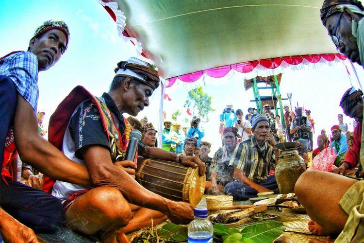 Salah satu rangkaian upacara Bapalas Benua Bekasik yang diselenggarakan di Desa Mekar Sari, Kecamatan Kendawangan, Kabupaten Ketapang, Kalimantan Barat, Kamis (28/9/2017).