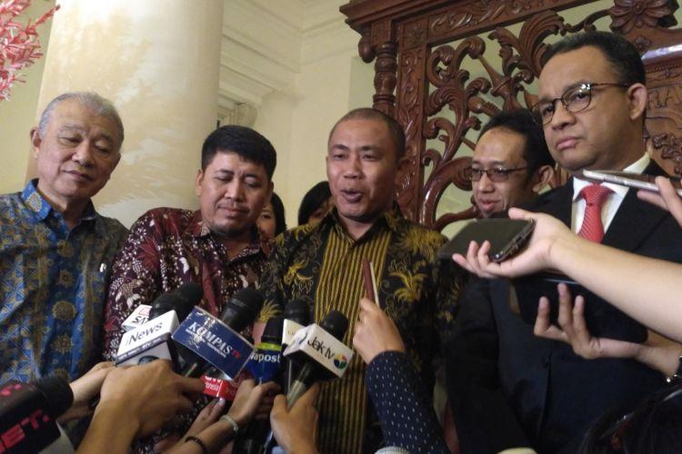 Gubernur DKI Jakarta Anies Baswedan dan Ketua Nippon Foundation Yohei Sasakawa (paling kiri) di Balai Kota DKI Jakarta, Rabu (15/11/2017).