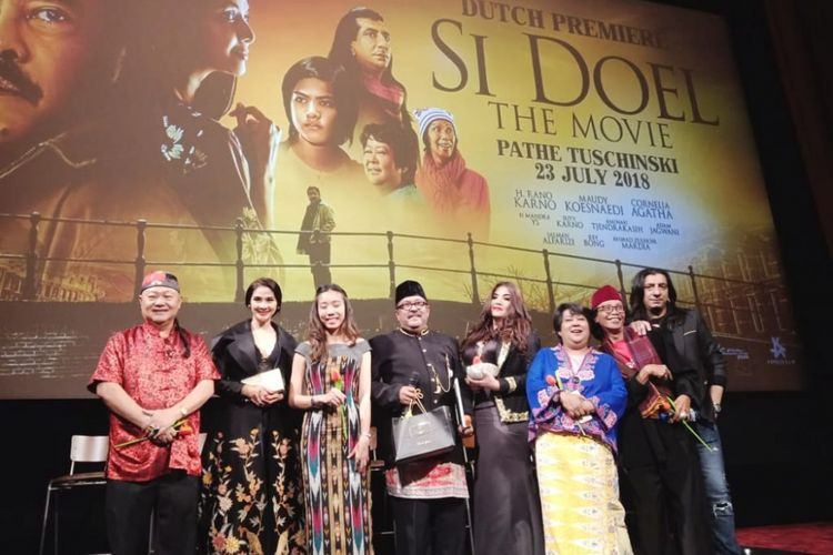 Para pemain Si Doel The Movie bersama Frederica, produser Falcon Pictures saat acara gala Premiere Si Doel The Movie di Pathe Tuchinski, Amsterdam (23/7 /2018) - (Kasiman, Maudy Koesnaedi, Frederica, Rano Karno, Cornelia Agatha, Suti Karno, Mandra,  Adam Jagwani)