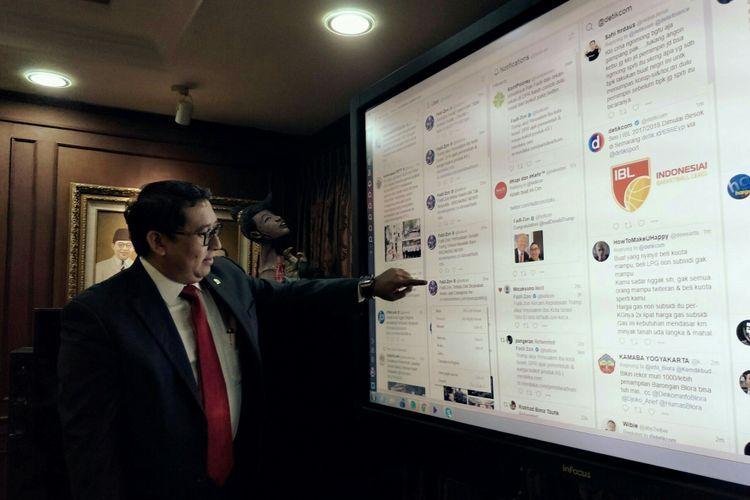 Wakil Ketua DPR Fadli Zon memamerkan layar besar di ruang kerjanya, salah satunya dipakai untuk main twitter