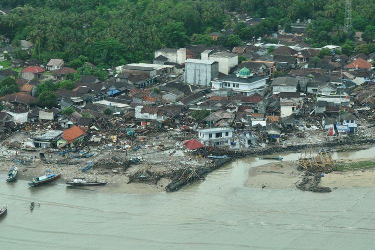 Pantauan udara dari pesawat Cesna 208B Grand Caravan milik Maskapai Susi Air yang menunjukan pemukiman di wilayah pesisir Banten porak poranda akibat terjangan tsunami. Sebagian perahu warga merangsek ke daratan lantaran terdorong gelombang tsunami