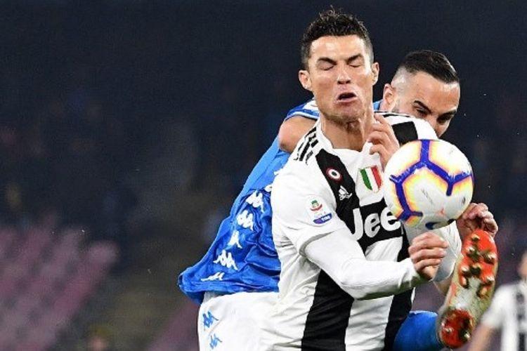 Penyerang Juventus Cristiano Ronaldo diadang bek Napoli, Nikola Maksimovic, dalam pertandingan Seri A Italia pada Minggu 3 Maret 2019.