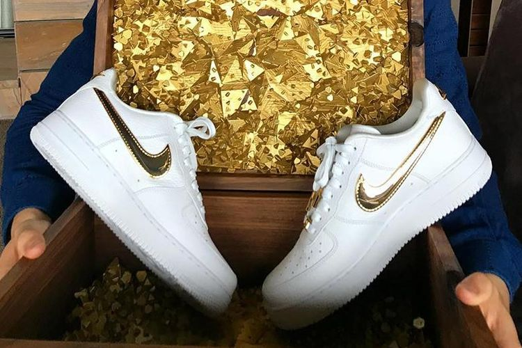 Sebagai hadiah ulang tahun ke 33 untuk bintang sepakbola Portugal yang juga pemain terbaik dunia versi Ballon d?Or, Cristiano Ronaldo, Nike memberikan sepasang sepatu Air Force 1 Lows edisi spesial, dengan logo swoosh emas 24K.