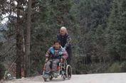 Nenek Ini Setiap Hari Dorong Kursi Roda Cucunya ke Sekolah