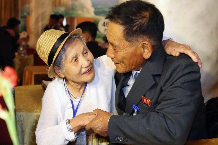 Lee Keum-seom (kiri) yang berusia 92 tahun tak bisa menyembunyikan rasa harunya karena bertemu kembali dengan sang putra, Ri Sang Chol, kini berumur 71 tahun, yang terpisah 68 tahun akibat Perang Korea 1950-1953 di resor wisata Gunung Kumgang, Senin (20/8/2018). Total, terdapat 89 keluarga asal Korsel yang ambil bagian dalam reuni tersebut.