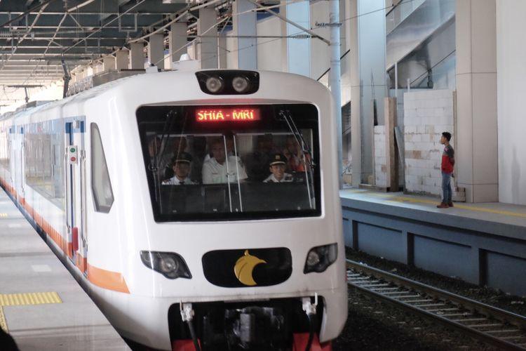 KA Bandara Soekarno Hatta dengan rangkaian enam gerbong tiba di Stasiun Sudirman Baru. KA tersebut diuji coba dengan rangkaian penuh untuj kedua kalinya pada Selasa (28/11/2017).