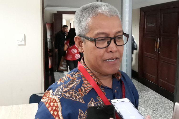 Dadang Trisasongko dari Koalisi Masyarakat Sipil Selamatkan MK menemui Juru Bicara MK Fajar Laksono di Gedung MK Jakarta, Selasa (6/2/2018).