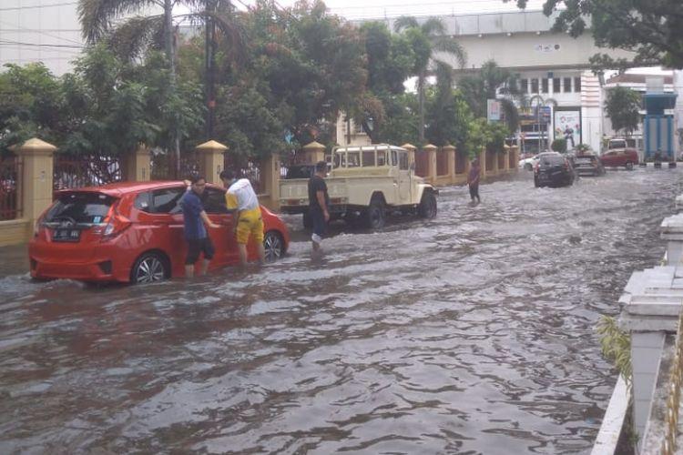 Banjir yang menggenangi jalan Kapten Tendean usai diguyur hujan selama tiga jam. Akibatnya, banyak kendaraan roda dua maupun roda empat mengalami mogok, Jumat (12/10/2018).