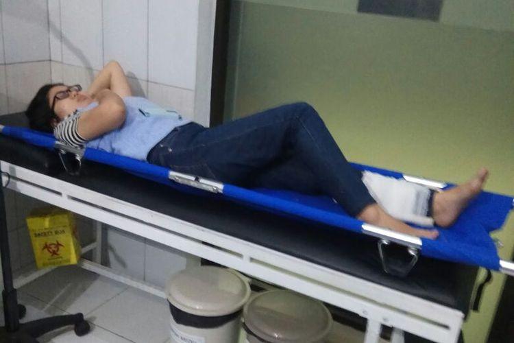 Penumpang Kereta Singasari bernama Gizella Debora (21) mendapat penanganan pertama dari Unit Kesehatan PT KAI Daop 5 setelah terjatuh saat turun dari gerbong di Stasiun Purwokerto, Banyumas, Jawa Tengah, Rabu (25/4/2018).