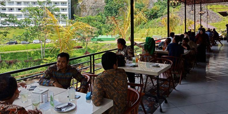 Suasana areal makan menghadap sawah, di resto Bebek Tepi Sawah di Ciloto, Puncak, Cianjur, Jawa Barat resmi dibuka, Minggu (15/4/2018).