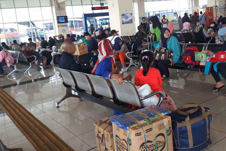 Keramaian penumpang di Terminal Pulogebang, Senin (11/6/2018)