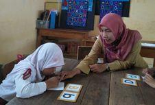 Kisah Inspiratif 2 Guru Membantu Anak Lamban Membaca di Perbatasan