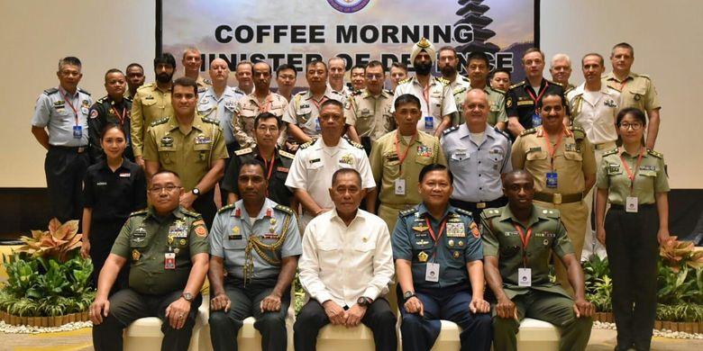 Menteri Pertahanan (Menhan) RI Ryamizard Ryacudu berfoto bersama Atase Darat, Atase Laut dan Atase Udara dari negara-negara sahabat sesudah acar coffe morning di Nusa Dua, Bali, Selasa (25/6/2019).