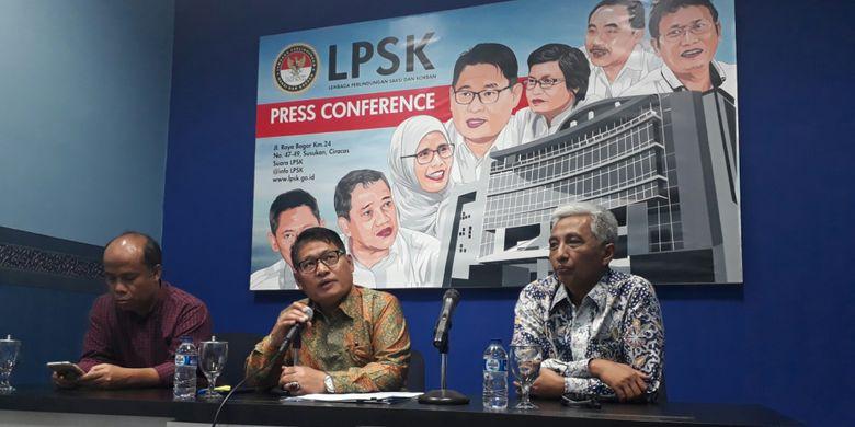 Ketua Lembaga Perlindungan Saksi dan Korban (LPSK) Abdul Haris Semendawai (tengah), Direktur Migrant Care Wahyu Susilo (kiri foto) dan Sekretaris Utama BNP2TKI Hermono (kanan foto), Kamis (5/4/2018).