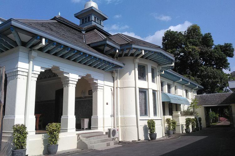 Arsitektur Indis terasa sangat kental di bangunan ini.