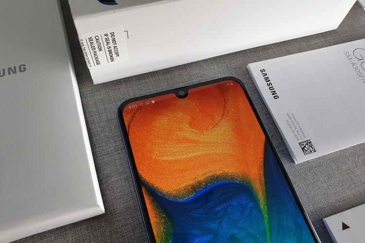 Galaxy A30 memiliki layar AMOLED seluas 6,4 inci. Pada bagian atas layar, terdapat sebuah notch sebagai wadah dari kamera depan.