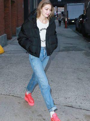 Gigi Hadid dengan platform sneakers.