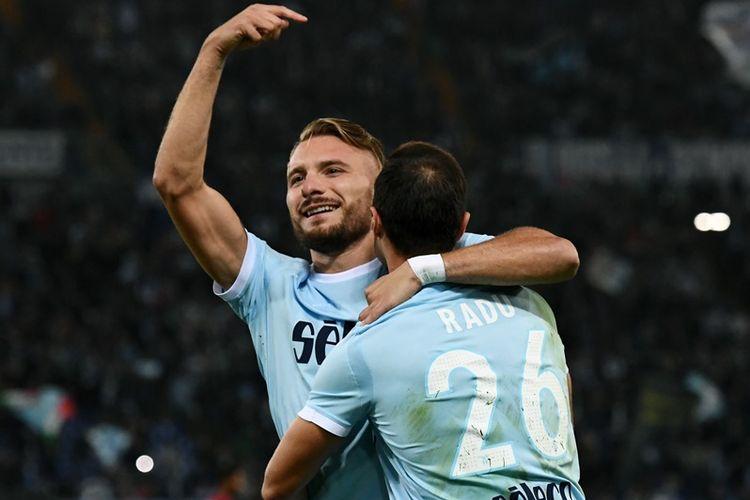 Penyerang Lazio, Ciro Immobile (kiri), melakukan selebrasi bersama bek asal Romania, Stefan Radu, setelah mencetak gol penalti pada pertandingan Serie A melawan Cagliari di Stadion Olimpico, Roma, 22 Oktober 2017.