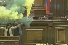 2 Politisi Armenia Nyalakan