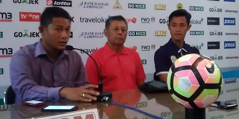 Rio Pratama (kanan) dan pelatih Persela Heri Kiswanto (tengah), dalam jumpa pers sebelum pertandingan kontra PSM Makassar.