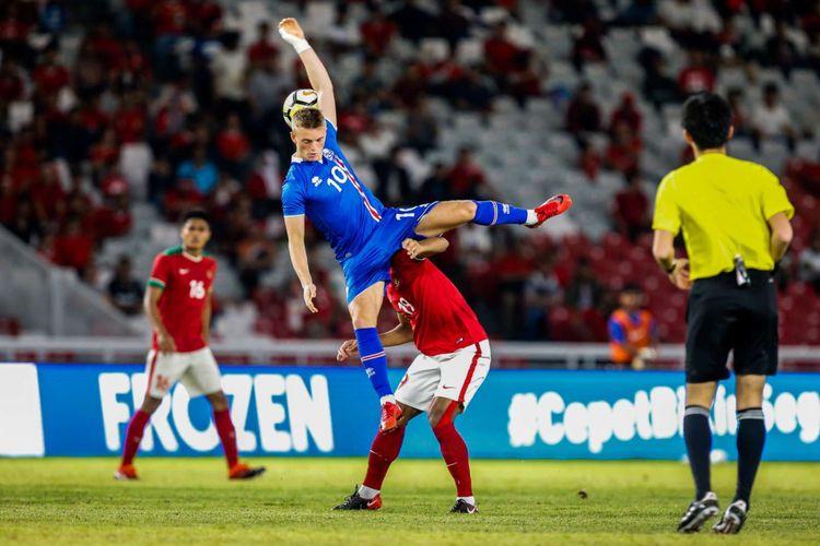 Pemain timnas Indonesia, Febry Haryadi berebut bola dengan pemain timnas Islandia saat pertandingan persahabatan Indonesia melawan Islandia di Stadion Gelora Bung Karno, Jakarta, Minggu (14/1/2018). Indonesia kalah 1-4 melawan Islandia.