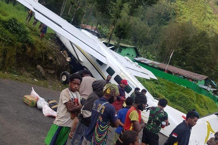 Kondisi pesawat yang tergelincir di Bandara Beoga, Papua, Rabu (10/10/2018)