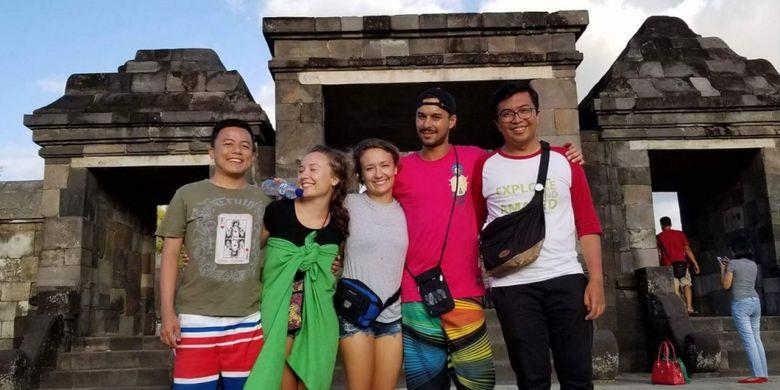 Wisatawan berfoto dengan latar belakang Candi Ratu Boko, di Yogyakarta, Rabu (14/3/2018).