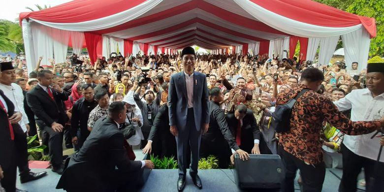 Presiden Jokowi menyapa warga yang sudah mengantre sejak pagi di Monas untuk mengikuti open house di Istana Kepresidenan, Rabu (5/6/2019).