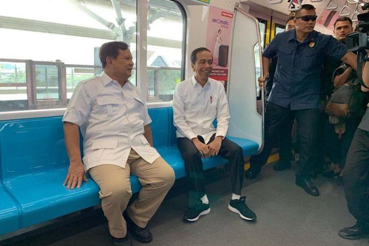 Saat Jokowi dan Prabowo bersama menaiki kereta MRT dari Stasiun Lebak Bulus, Sabtu (12/7/2019). Pertemuan ini bersejarah karena menandakan rekonsiliasi di antara dua kubu yang selama ini membuat masyarakat terbelah sepanjang pemilihan presiden.