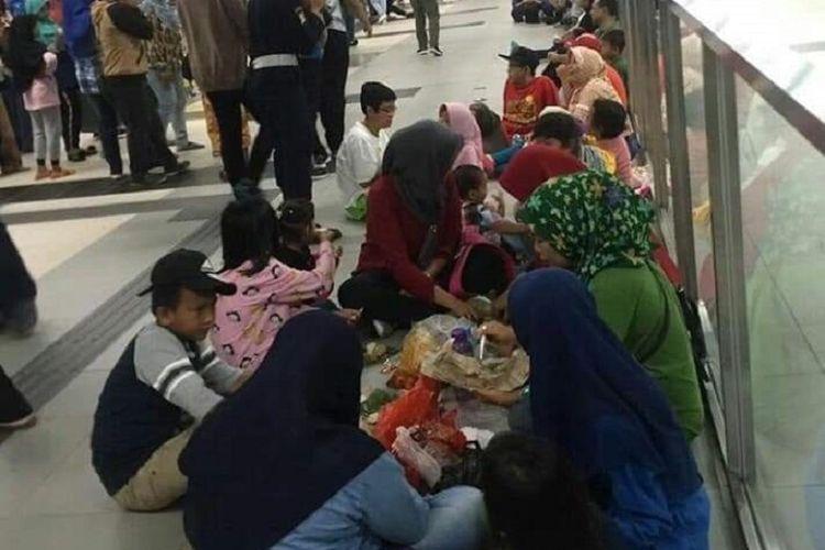 Sejumlah penumpang MRT Jakarta berperilaku tidak tertib ramai diperbincangkan di media sosial.