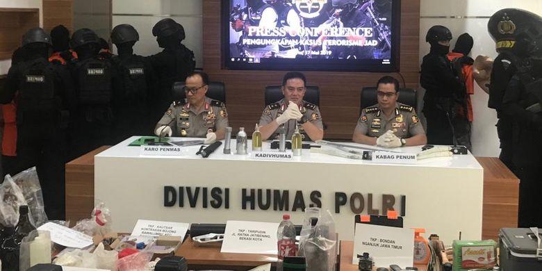 Sebanyak sembilan terduga teroris dibawa ke Gedung Humas Mabes Polri, Jakarta Selatan, saat konferensi pers, pada Jumat (17/5/2019).
