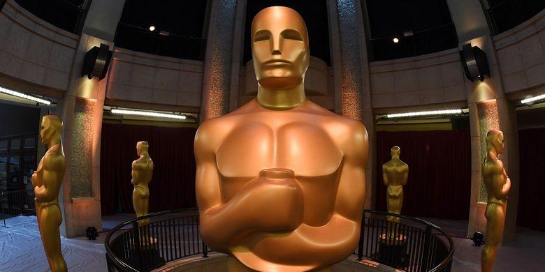 Sebuah patung Oscar dipajang di ujung karpet merah menjelang perhelatan Academy Awards ke-89 di Dolby Theater, Hollywood, California, Sabtu (25/2/2017).