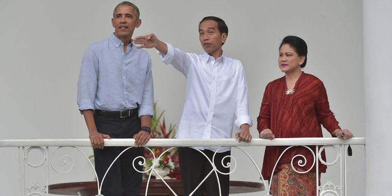 Mantan presiden AS Barack Obama (kiri) didampingi Presiden Joko Widodo (tengah) dan Ibu Negara Iriana Widodo saat kunjungan ke Istana Kepresidenan di Bogor, Jawa Barat, Jumat (30/6/2017). Kunjungan itu digelar di sela kedatangan Obama ke Jakarta setelah sebelumnya menyambangi Bali dan Yogyakarta dalam rangka liburannya bersama keluarga di Indonesia.
