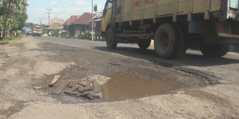 Salah satu ruas di jalan lintas timur Palembang-Ogan Ilir di Desa Lubuk Sakti yang kondisinya rusak parah. Di jalan tersebut sering terjadi kecelakaan baik kendaraan roda dua maupun roda empat.