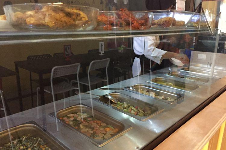 Aneka lauk yang dijual di warteg 313 di Jalan, Cinere Raya No 45, Cinere, Depok.
