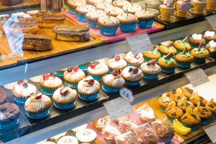 Muffin warna-warni di dalam kotak display, banyak varian jadi susah memilih