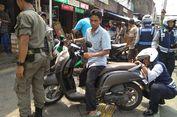 Parkir di Trotoar Jatinegara, Belasan Sepeda Motor Dicabut Pentilnya