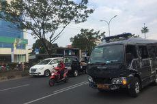 Minibus Densus 88 Terguling di Jalan Margonda Raya