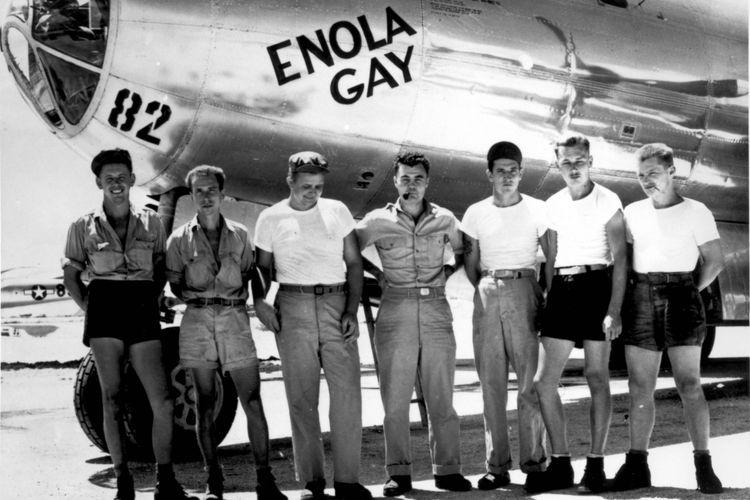 Awak pesawat B-29 Enola Gay dengan pilot Letkol Paul W Tibbets (tengah), berpose sebelum melakukan misi menjatuhkan bom atom Little Boy di Hiroshima, Jepang, pada 6 Agustus 1945.