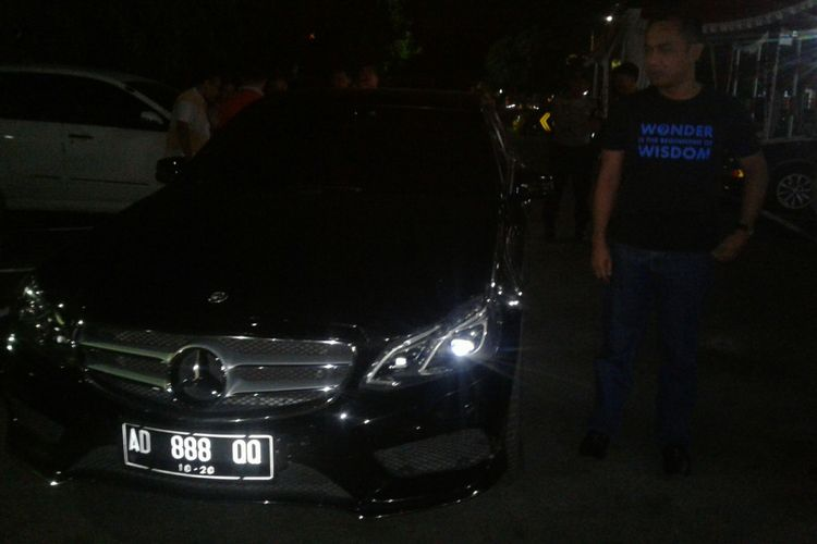 Mobil sedan jenis Mercedez Benz hitam AD 888 QQ milik tersangka IA diamankan di Mapolresta Surakarta, Solo, Jawa Tengah, Rabu (22/8/2018) malam.