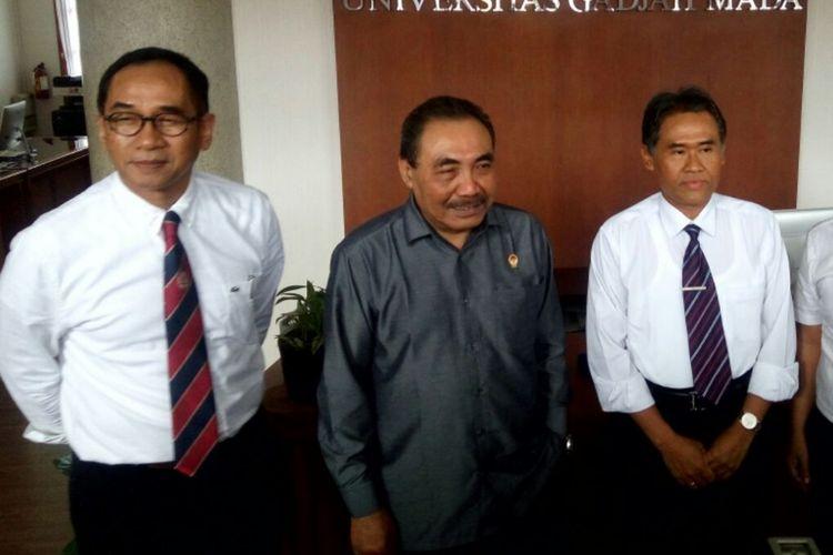 Rektor UGM Panut Mulyono dan Wakil Ketua LPSK RI Hasto Atmojo (tengah) bersama   Wakil Rektor UGM Bidang Kerja Sama dan Alumni Paripurna P. Sugarda(mengenakan kacamata) saat menemui wartawan usai melakukan pertemuan