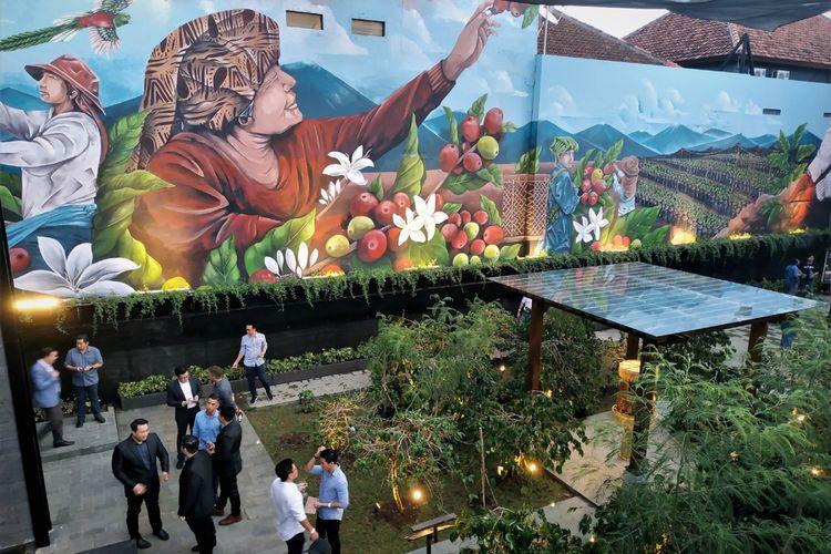 Mural panen kopi di Starbucks Reserve Dewata