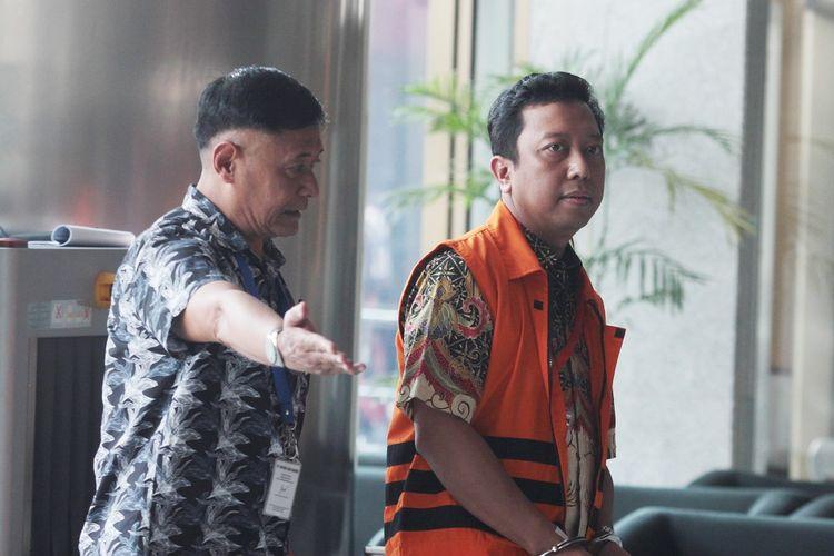 Tersangka kasus dugaan suap terkait seleksi pengisian jabatan di Kementerian Agama, Romahurmuziy (kanan) berjalan memasuki gedung KPK untuk menjalani pemeriksaan penyidik di Gedung KPK, Jakarta, Jumat (3/5/2019) . KPK memeriksa Romahurmuziy sebagai tersangka terkait kasus dugaan jual beli jabatan di Kementerian Agama tahun 2018-2019. ANTARA FOTO/Reno Esnir/foc.
