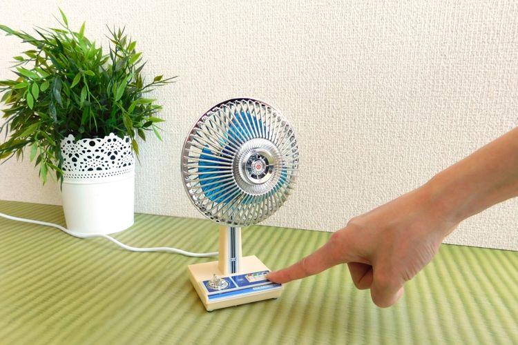 Kipas angin ini bisa digunakan saat kerja, bermain, atau saat asyik berselancar di dunia. Rasakan angin retro yang berhembus. Foto hak cipta The Showa Series ©T-ARTS.