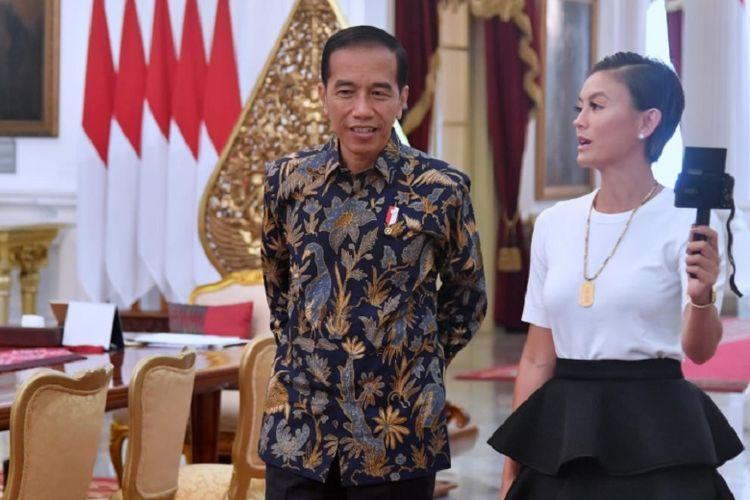 <a href='/artis/agnez-mo'>Agnez Mo</a> dan Presiden Joko Widodo membuat konten vlog di Istana Merdeka, Jakarta Pusat, Jumat (11/1/2019).&#8221;><span class=