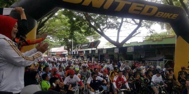 Kegiatan olahraga massal yang mengambil tema Bangun Indonesia itu, setidaknya diikuti lebih dari 15 ribu orang, di mana diantaranya ada yang bersepeda dan jalan sehat dengan mengabil start sekaligus finis di Lapangan Pantai Seruni, Bantaeng