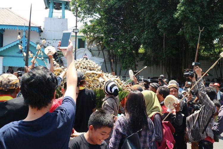 Masyarakat memperebutkan gunungan putri dalam acara Grebeg Besar yang diselenggarakan oleh Keraton Surakarta Hadiningrat.